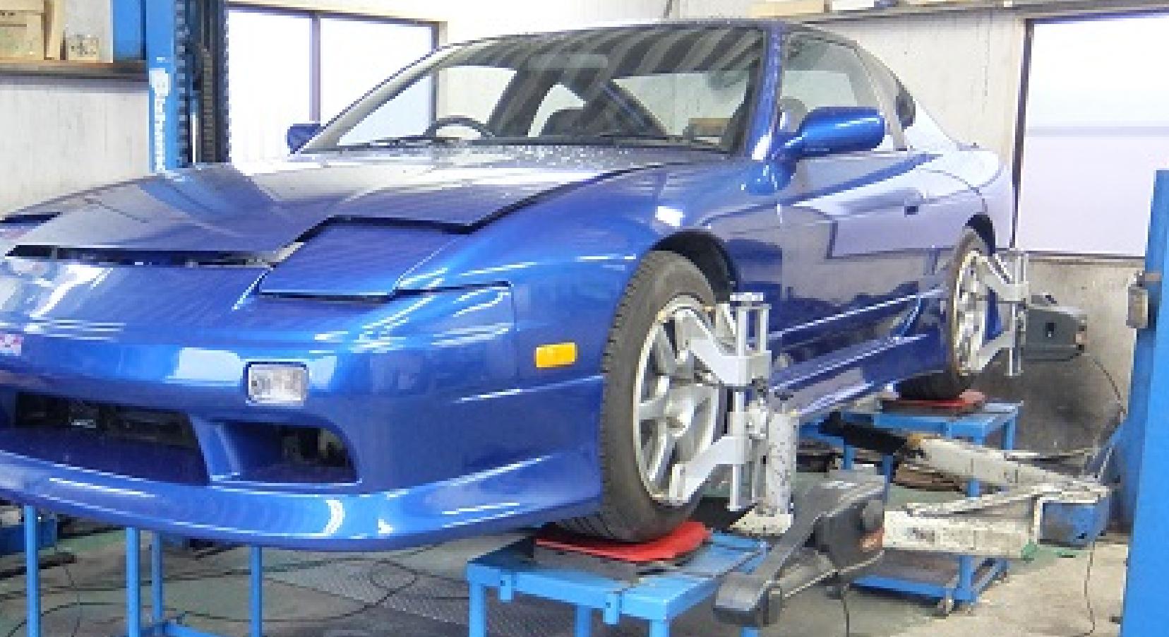 青のスポーツカー