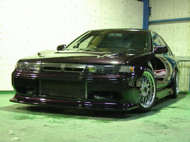 紫のスポーツカー