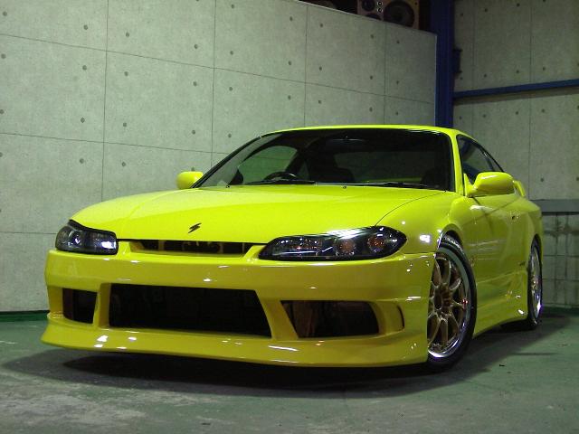 黄色のスポーツカー